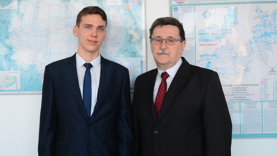 Szymon Kaczmarski i Wojciech Majcher, nauczyciel matematyki i wicedyrektor w Zespole Szkół imienia Marii Skłodowskiej-Curie w Ożarowie.