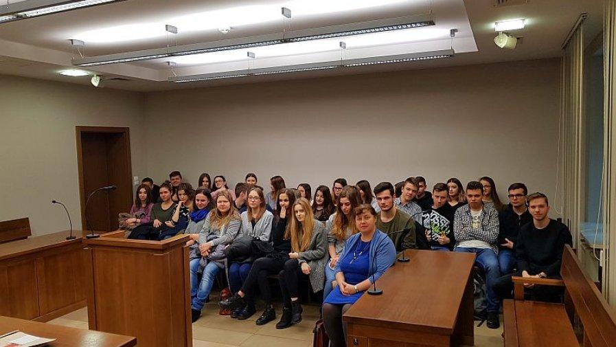"""Z prawem na żywo. Uczniowie opatowskiego """"Bartosza"""" poznają prawne zagadnienia w sądzie rejonowym"""