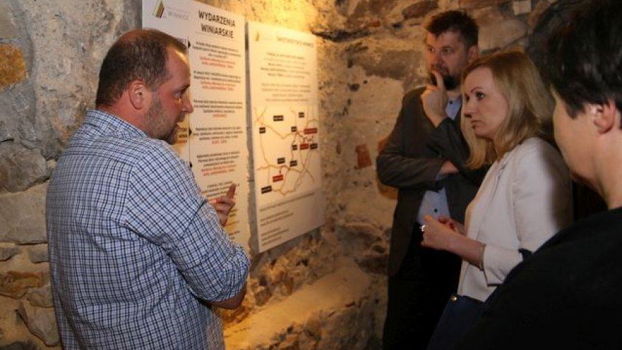 Osoby biorące udział w inauguracji, wysłuchały ciekawostek na temat winiarstwa. Chodzi o to, by promować tym powiat opatowski