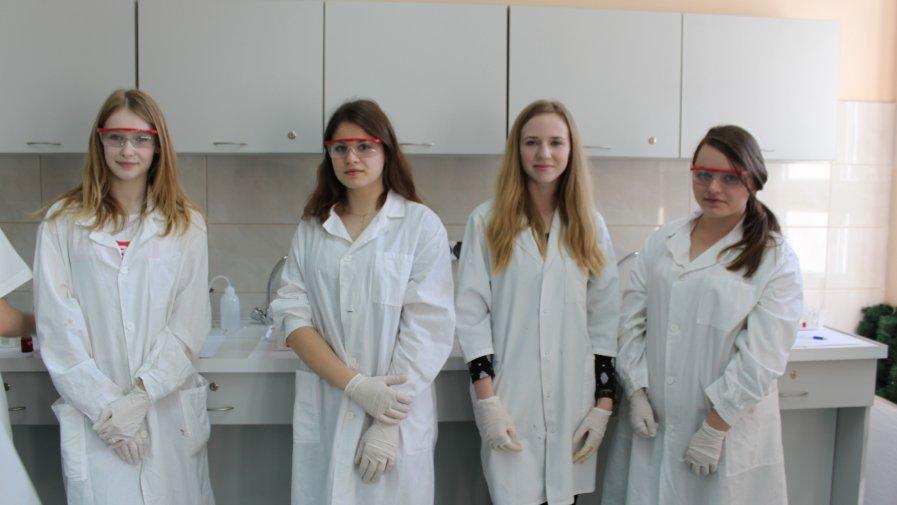 Gimnazjaliści z Daromina na zajęciach laboratoryjnych w Bartoszu