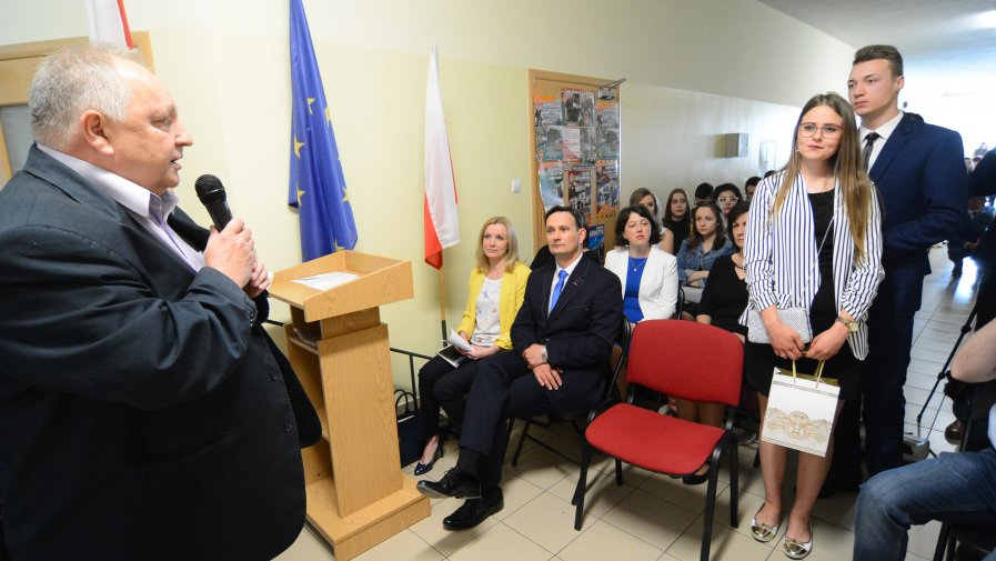 W Zespole Szkół numer 1 w Opatowie pożegnano tegorocznych maturzystów, na których czeka teraz egzamin maturalny.