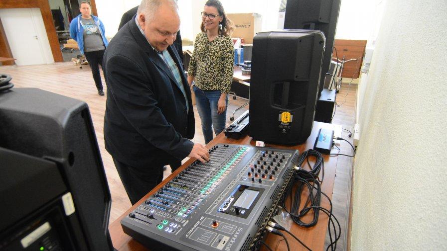 Gustaw Saramański, wicestarosta opatowski osobiście sprawdził jak działa mikser dźwięku.