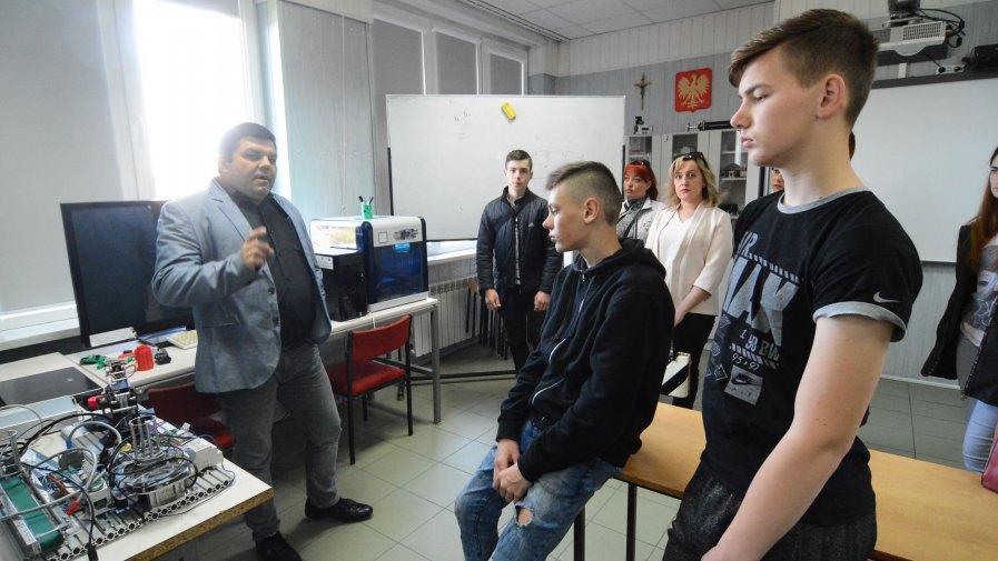 Marcin Stańczyk, dyrektor Zespołu Szkół imienia Marii Skłodowskiej-Curie w Ożarowie mówił, że szkoła stawia na praktyki. Młodzież ma możliwość praktykowania w wielu firmach w Polsce.