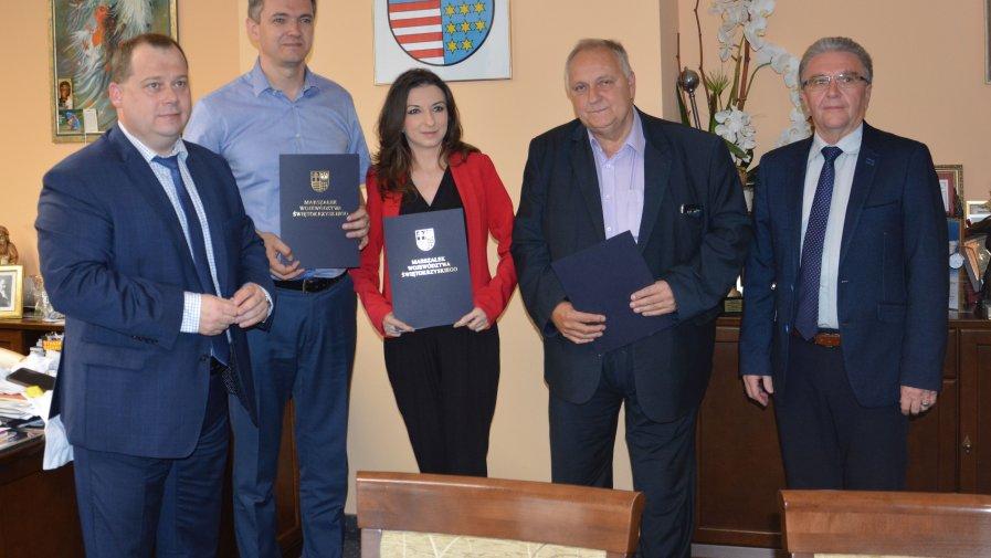 Powiat opatowski dał pieniądze na chodnik w gminie Iwaniska