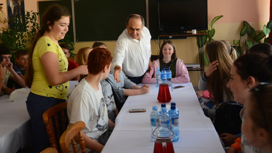 Bogusław Włodarczyk, zawieszony starosta opatowski, przywitał się z każdą młodą osobą.