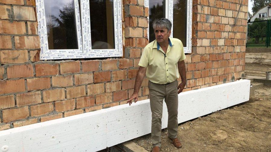 Jarosław Basak, dyrektor Domu Pomocy Społecznej w Zochcinku, któremu podlegać będzie filia placówki w Opatowie pokazuje, że budynek ma trzy kondygnacje i każda jest zagospodarowana.