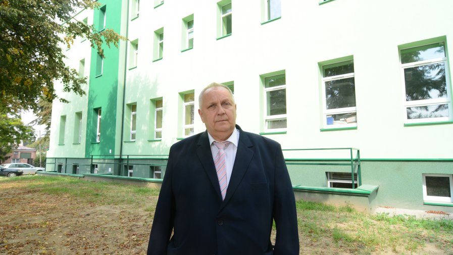 Gustaw Saramański, wicestarosta opatowski mówi, że oszczędności w związku z przeprowadzoną termomodernizacją będą zauważalne.
