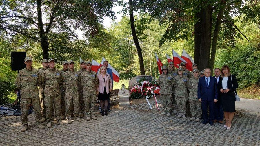 Kompania Reprezentacyjna Klas Mundurowych ZS nr1 w Opatowie na uroczystości patriotycznej w Karwowie