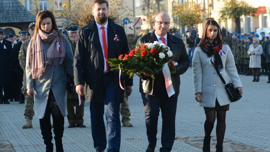 Wiązankę kwiatów pod pomnikiem majora Ludwika Zwierzdowskiego złożyła delegacja Starostwa Powiatowego w Opatowie (od lewej): Karolina Słowik, Mariusz Szwajkowski, Tomasz Staniek i Katarzyna Serafin.